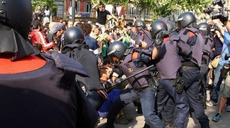 Asedio al Parlamento catalán el 15 de junio de 2011. (EFE)